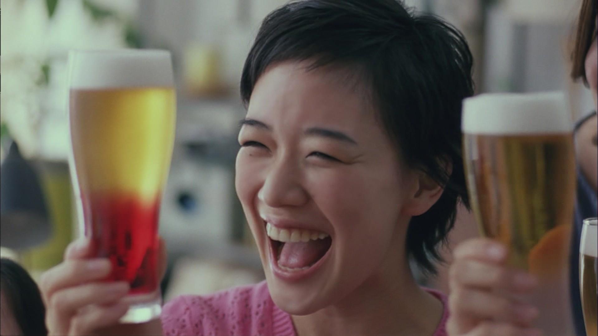ビールで乾杯をする蒼井優